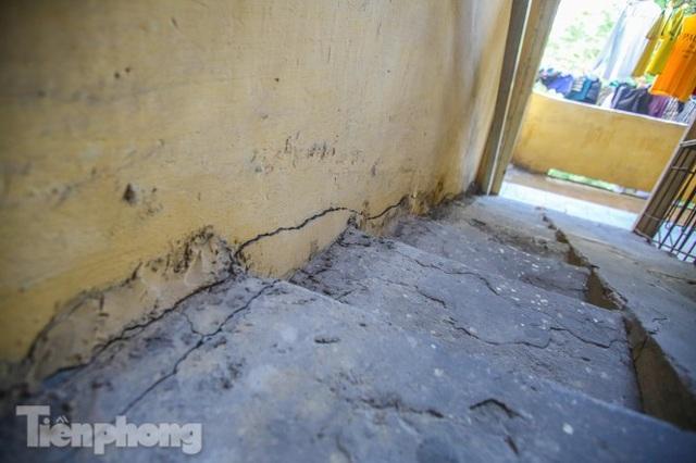 Cận cảnh các chung cư trước nguy cơ đổ sập bất cứ lúc nào ở Hà Nội - 19