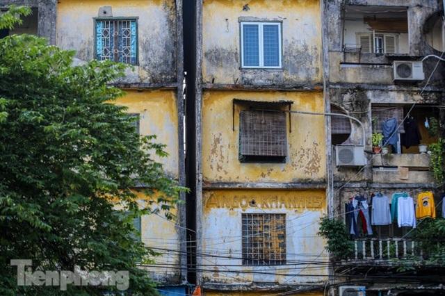 Cận cảnh các chung cư trước nguy cơ đổ sập bất cứ lúc nào ở Hà Nội - 2