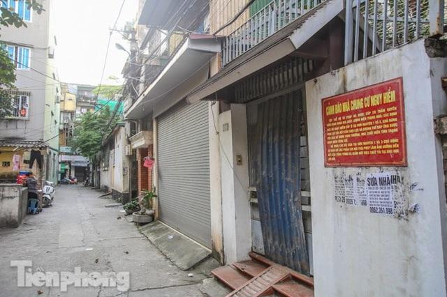 Cận cảnh các chung cư trước nguy cơ đổ sập bất cứ lúc nào ở Hà Nội - 21