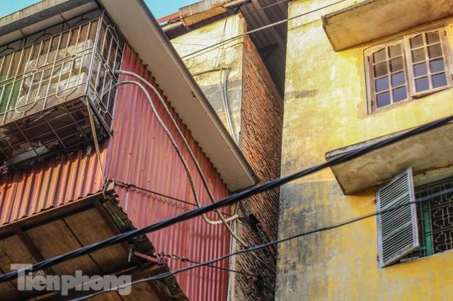 Cận cảnh các chung cư trước nguy cơ đổ sập bất cứ lúc nào ở Hà Nội - 23