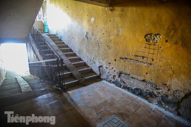 Cận cảnh các chung cư trước nguy cơ đổ sập bất cứ lúc nào ở Hà Nội - 5