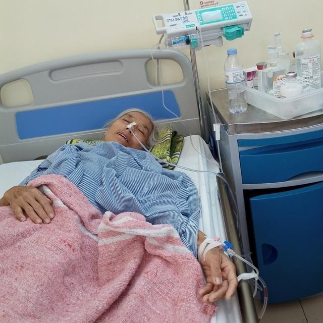 Trên giường bệnh, bà cầu xin sự sống cho cháu trai qua nhiều lần phẫu thuật - 1