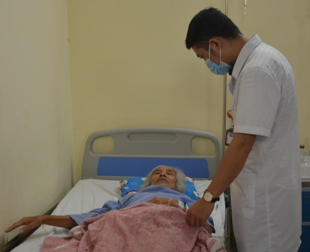 Trên giường bệnh, bà cầu xin sự sống cho cháu trai qua nhiều lần phẫu thuật - 2