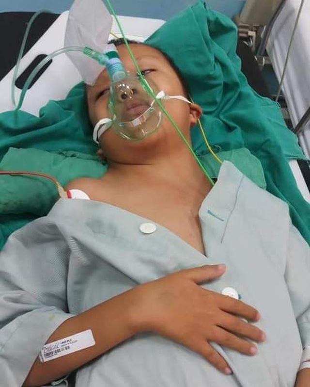 Trên giường bệnh, bà cầu xin sự sống cho cháu trai qua nhiều lần phẫu thuật - 3