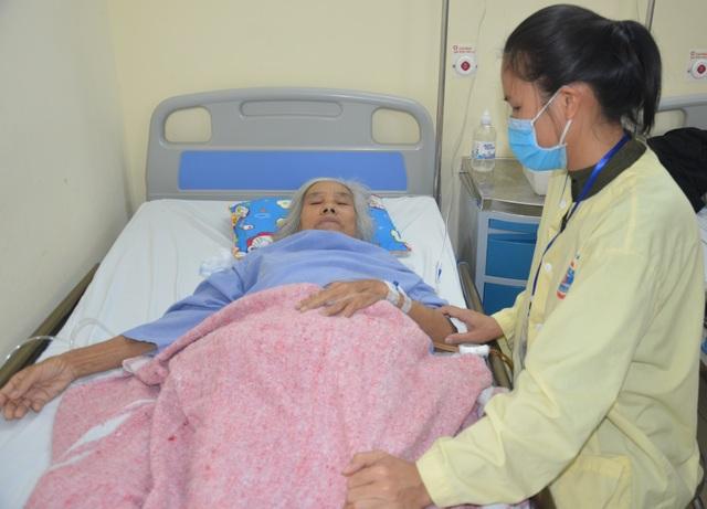 Trên giường bệnh, bà cầu xin sự sống cho cháu trai qua nhiều lần phẫu thuật - 4