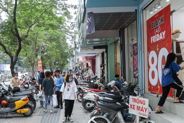 Hà Nội: Các cửa hàng đồng loạt treo biển giảm giá trước ngày Black Friday - 1