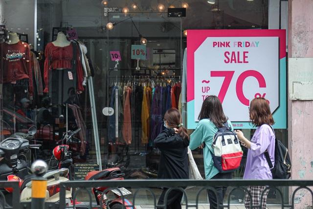 Hà Nội: Các cửa hàng đồng loạt treo biển giảm giá trước ngày Black Friday - 9