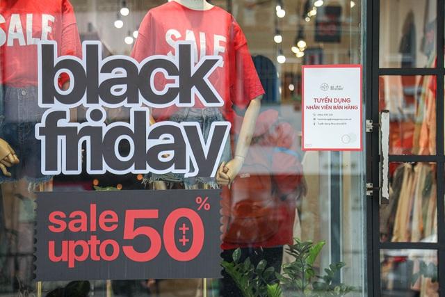 Hà Nội: Các cửa hàng đồng loạt treo biển giảm giá trước ngày Black Friday - 6