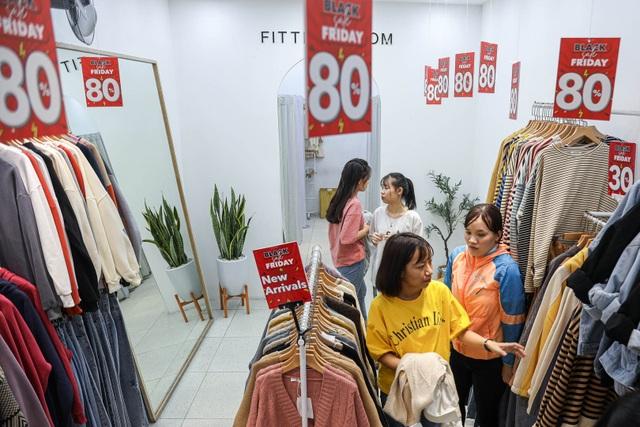 Hà Nội: Các cửa hàng đồng loạt treo biển giảm giá trước ngày Black Friday - 5