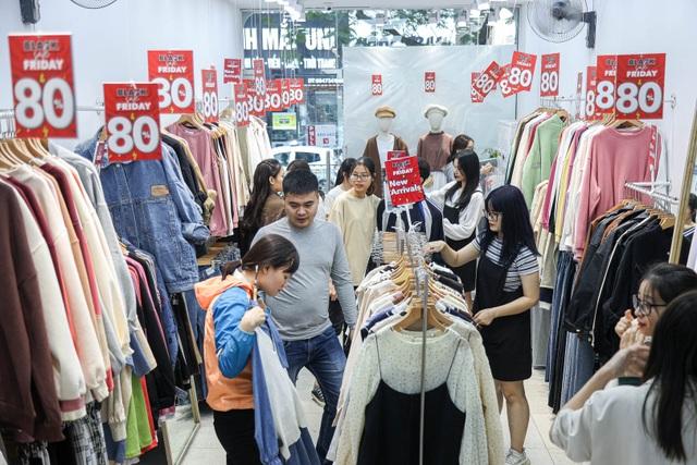 Hà Nội: Các cửa hàng đồng loạt treo biển giảm giá trước ngày Black Friday - 3