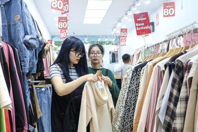 Hà Nội: Các cửa hàng đồng loạt treo biển giảm giá trước ngày Black Friday - 10