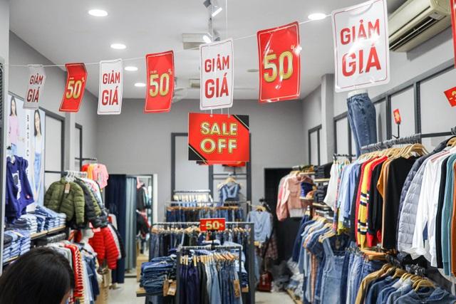 Hà Nội: Các cửa hàng đồng loạt treo biển giảm giá trước ngày Black Friday - 4