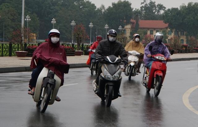 Hà Nội mưa lạnh do ảnh hưởng gió mùa Đông Bắc - 1