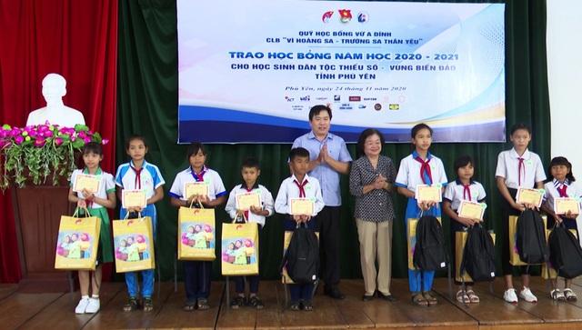 Phú Yên: Trao 110 suất học bổng đến học sinh nghèo hiếu học - 1