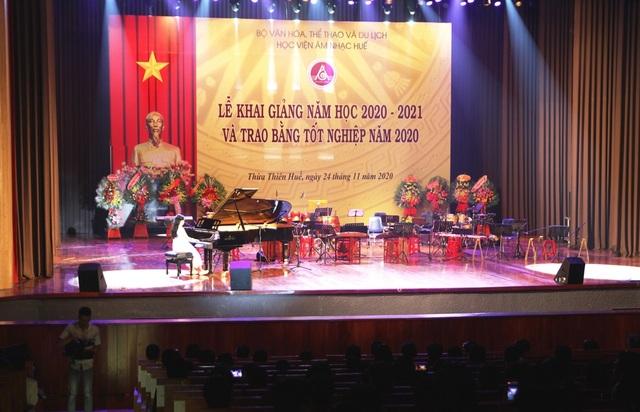 Bộ trưởng Nguyễn Ngọc Thiện đánh trống khai giảng Học viện Âm nhạc Huế - 6