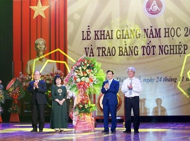 Bộ trưởng Nguyễn Ngọc Thiện đánh trống khai giảng Học viện Âm nhạc Huế - 3