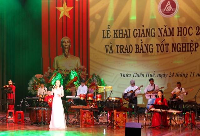 Bộ trưởng Nguyễn Ngọc Thiện đánh trống khai giảng Học viện Âm nhạc Huế - 9