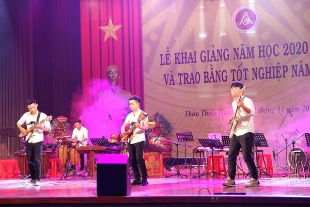 Bộ trưởng Nguyễn Ngọc Thiện đánh trống khai giảng Học viện Âm nhạc Huế - 11