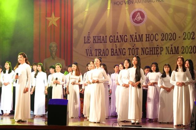 Bộ trưởng Nguyễn Ngọc Thiện đánh trống khai giảng Học viện Âm nhạc Huế - 10