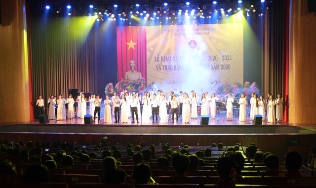 Bộ trưởng Nguyễn Ngọc Thiện đánh trống khai giảng Học viện Âm nhạc Huế - 1