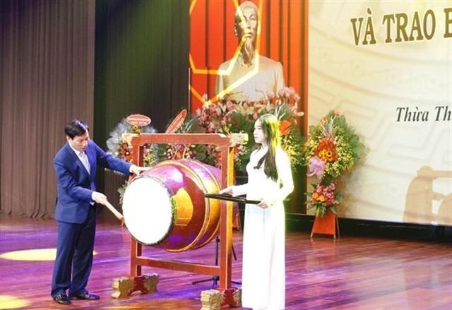 Bộ trưởng Nguyễn Ngọc Thiện đánh trống khai giảng Học viện Âm nhạc Huế - 4