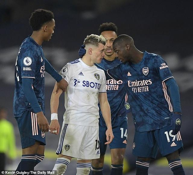 Sao Arsenal xin lỗi người hâm mộ sau khi bắt chước Zidane húc đầu đối thủ - 1