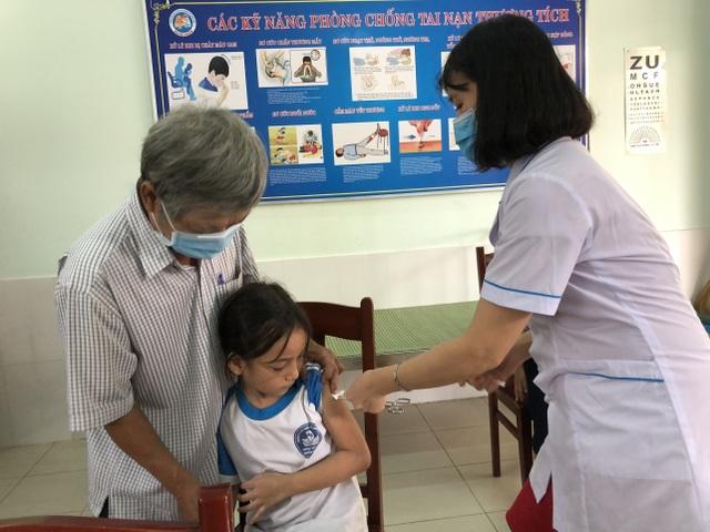Quảng Ngãi: Tiêm vắc xin bạch hầu cho 19.000 trẻ - 1