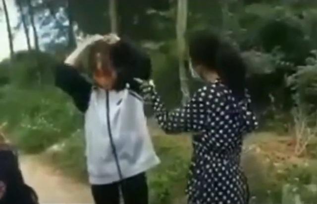 Thêm vụ nữ sinh Thanh Hóa dùng mũ bảo hiểm đánh liên tiếp vào đầu bạn - 1