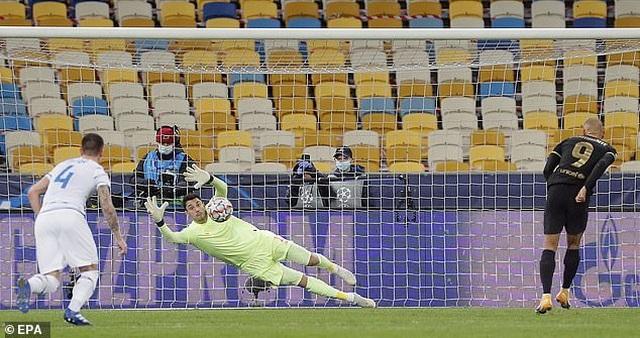 Thắng đậm Dynamo Kiev, Barcelona duy trì mạch toàn thắng - 3
