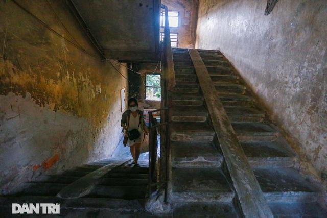Cảnh sống ám ảnh trong nhà tập thể ổ chuột giữa đất vàng Thủ đô - 11
