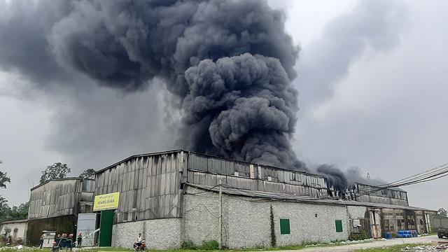 Hàng trăm người cứu kho hàng bốc cháy ngùn ngụt - 1