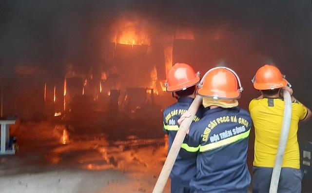 Hàng trăm người cứu kho hàng bốc cháy ngùn ngụt - 2