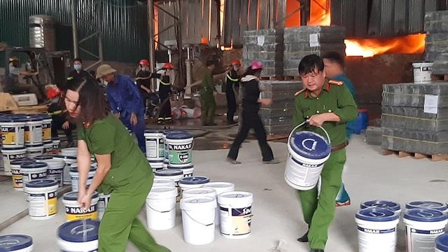 Hàng trăm người cứu kho hàng bốc cháy ngùn ngụt - 5