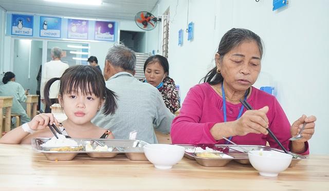 Suất cơm 2 nghìn ấm lòng người nghèo khó - 3