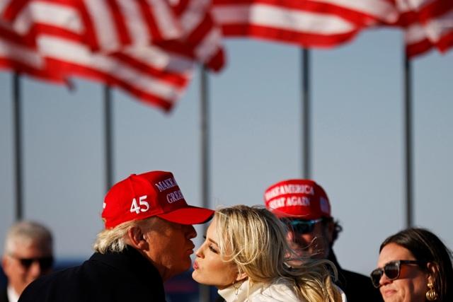 Đường nào rải hoa hồng cho ái nữ quyền lực nhà Trump hậu Nhà Trắng? - 2