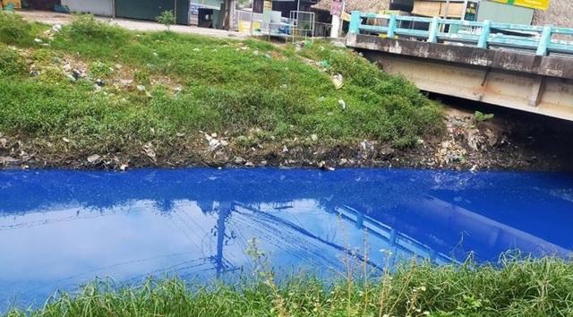 Hoang mang vì nước kênh đổi màu xanh kỳ lạ - 1