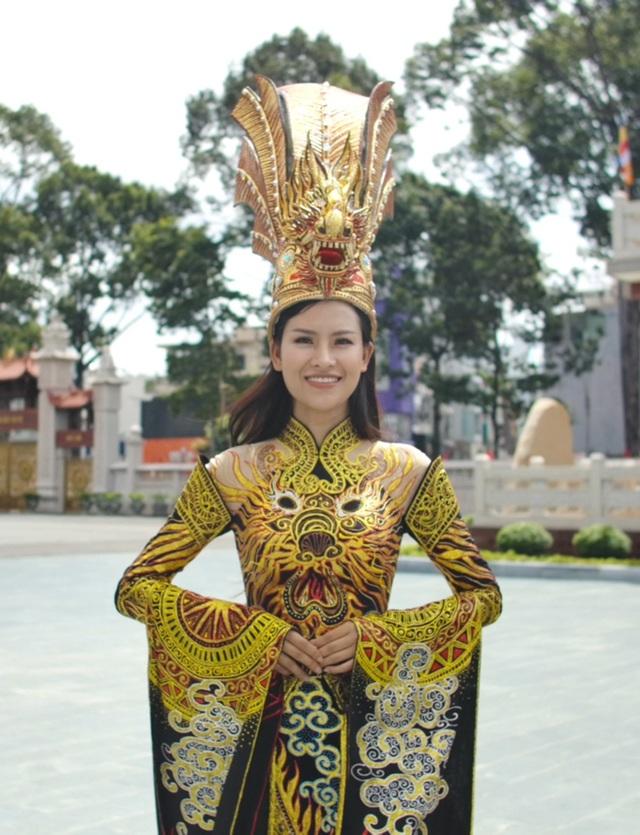 Thái Thị Hoa đạt giải nhất Trang phục Dân tộc tại Hoa hậu Trái Đất - 5