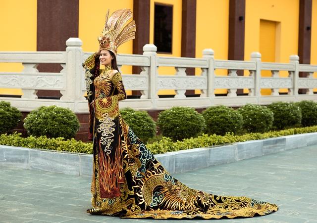 Thái Thị Hoa đạt giải nhất Trang phục Dân tộc tại Hoa hậu Trái Đất - 2