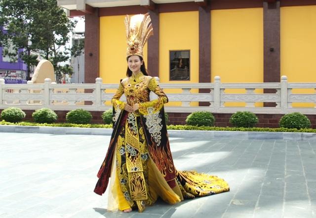 Thái Thị Hoa đạt giải nhất Trang phục Dân tộc tại Hoa hậu Trái Đất - 3