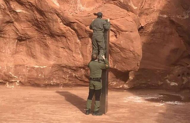Phát hiện khối kim loại bí ẩn trong sa mạc Utah - 1