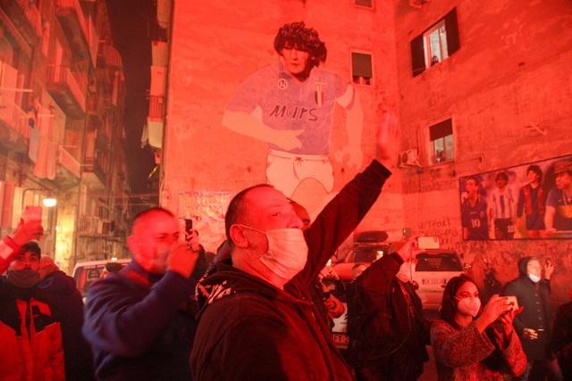 Người hâm mộ thế giới khóc thương tiễn biệt Maradona - 8