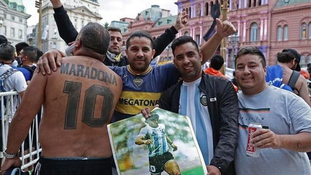 Người dân Argentina buồn vô hạn trong lễ viếng Maradona - 7