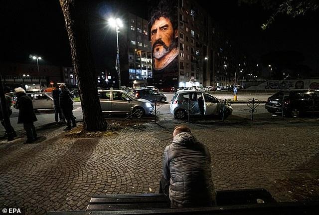 Người hâm mộ thế giới khóc thương tiễn biệt Maradona - 11