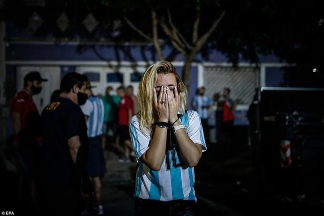 Người dân Argentina buồn vô hạn trong lễ viếng Maradona - 8
