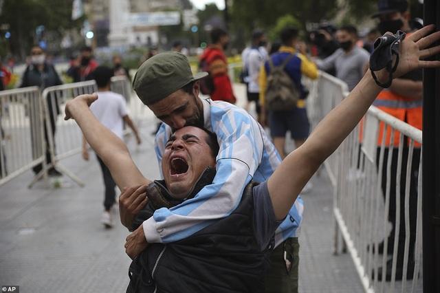 Người dân Argentina buồn vô hạn trong lễ viếng Maradona - 6