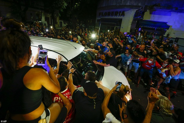 Người dân Argentina buồn vô hạn trong lễ viếng Maradona - 10