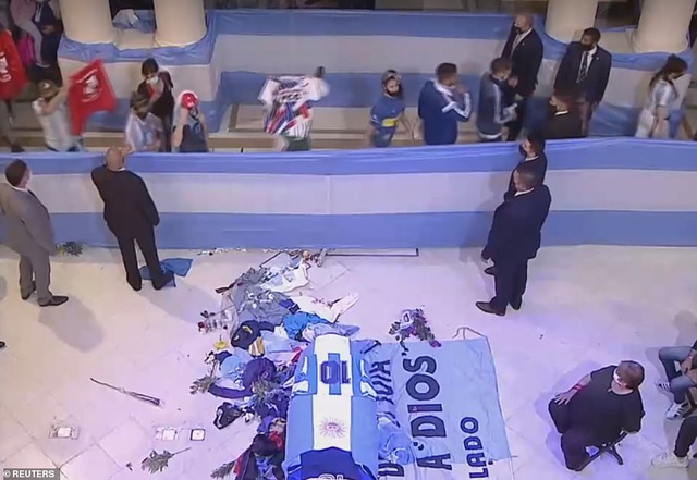 Người dân Argentina buồn vô hạn trong lễ viếng Maradona - 3
