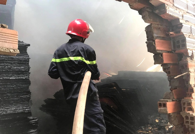 Cháy lớn tại cơ sở làm ván ép, gần 1.000m2 nhà xưởng đổ sập - 2