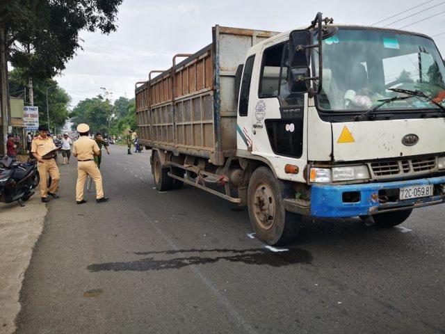 2 nữ sinh bị xe tải cán chết trên đường đến trường - 2