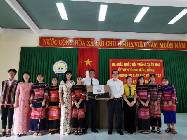 Bộ trưởng GDĐT Phùng Xuân Nhạ hỗ trợ học sinh, trường học tỉnh Bình Định - 4